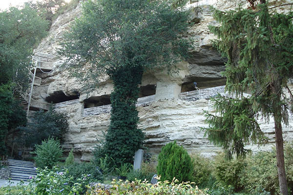 Затварят Аладжа манастир