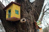 Деца от Варна изработиха къщички за птици и ги закачиха по дърветата в Морската градина