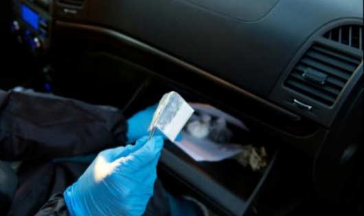Спипаха 20-годишен варненец и непълнолетната му приятелка с дрога в колата