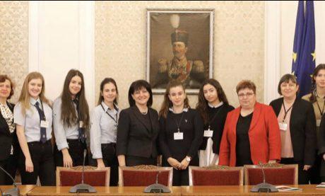 Със съдействието на народните представители Таня Петрова и Емилия Милкова варненски ученици посетиха парламента