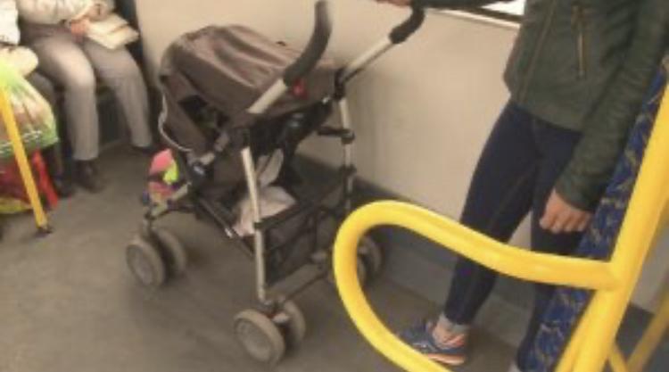 Разсеяна майка забрави количка с бебе в градския транспорт