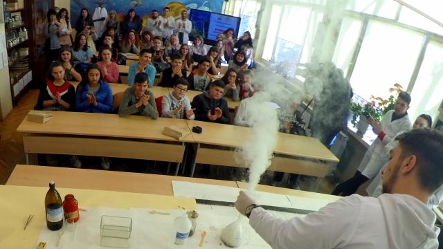 Слонска паста за зъби и вулкан изригнаха във варненско училище (СНИМКИ И ВИДЕО)