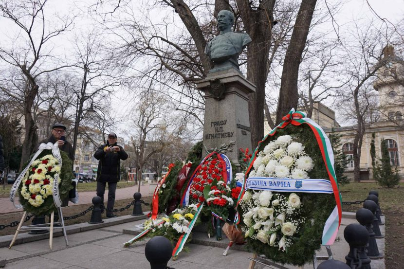 Положиха цветя пред паметниците на Граф Игнатиев и Александър Рачински