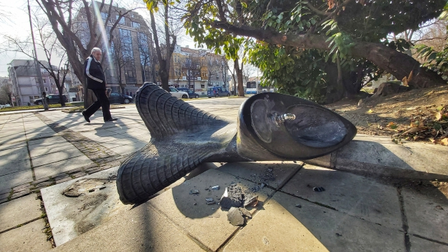 Вандали унищожиха дизайнерската чешмичка до Община Варна
