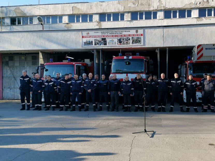 "Наградиха пожарникарите, спасявали геройски хора от горящия бл. 302 във ""Владиславово"""