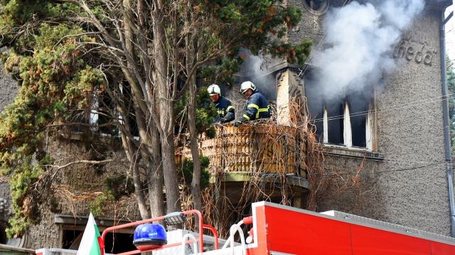 Бездомници запалиха къща в центъра на Варна (СНИМКИ и ВИДЕО)
