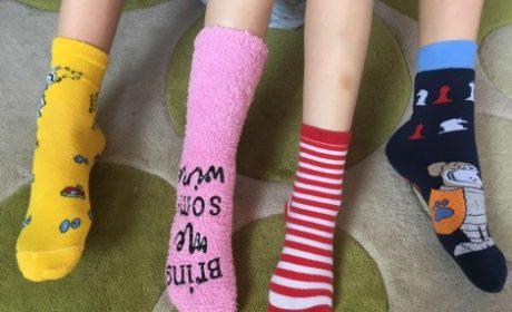 Варненски ученици обуха шарени чорапи (снимки)