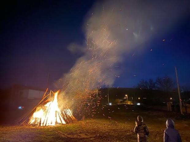 Девненци се пречистиха с огън на Сирни Заговезни