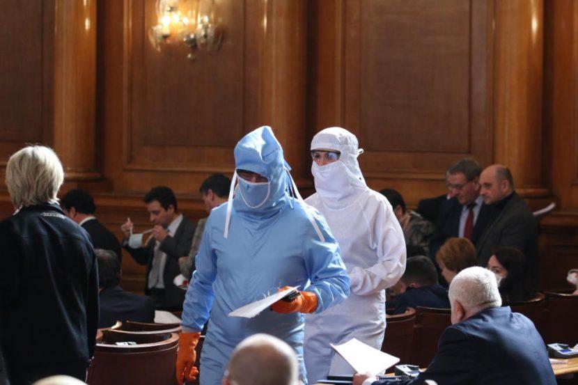 Смут в парламента: Депутати се опаковаха в медицински скафандри срещу вируса (СНИМКИ)