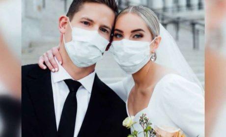 """Те си казаха """"Да"""" с предпазни маски във Варна"""