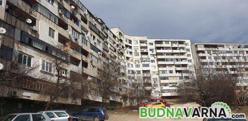 Мъж провисна от тераса на блок във Владиславово, заклещил си крака