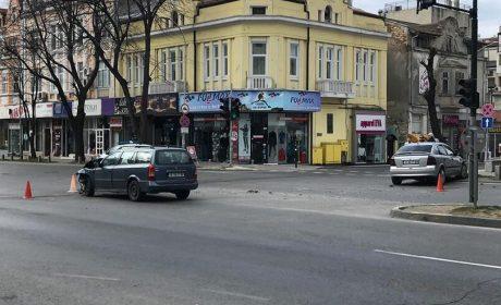 На празни булеварди, два автомобила се блъснаха
