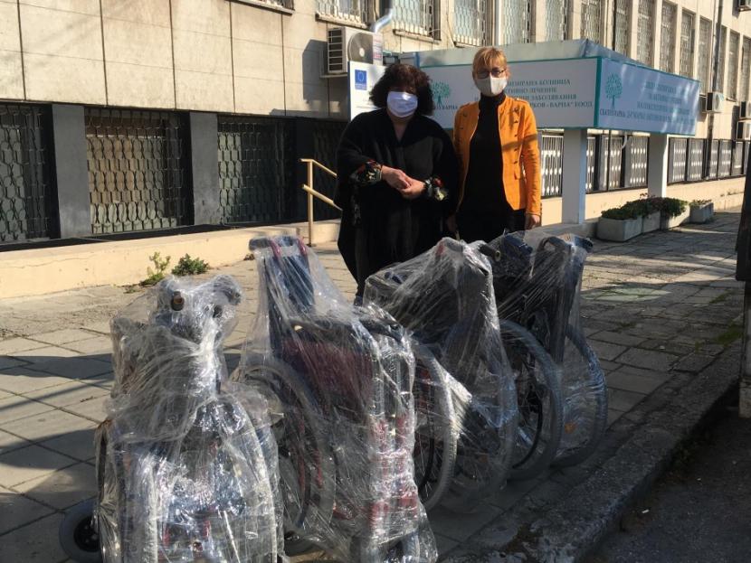 13 лечебни заведения получиха от Община Варна колички за хора с увреждания