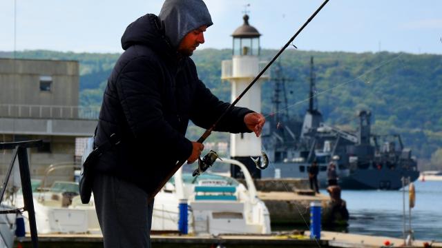 Рибарите на Морска гара – Варна спазват дистанция! (снимки)