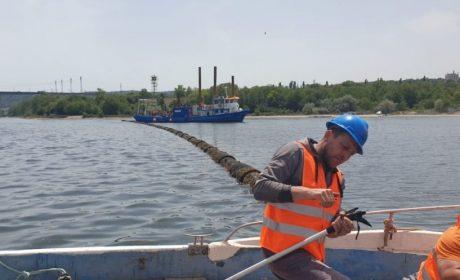 Днес бе извадена първата част от авариралата тръба в езерото (снимки)