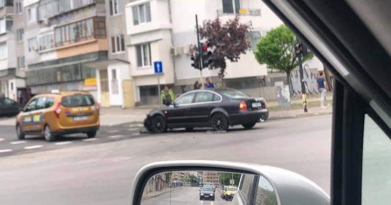 "Лек автомобил и такси се блъснаха над кметство ""Приморски"""