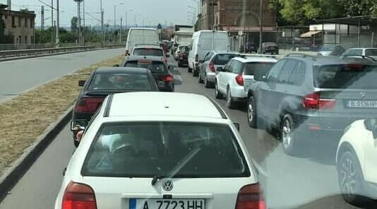 Водачи сигнализират за голямо автомобилно задръстване в района на Крайезерния път