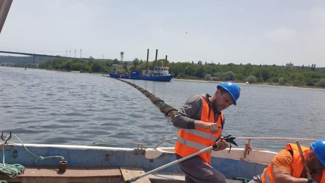 Портних: 14 души ремонтират авариралия тръбопровод във Варненското езеро