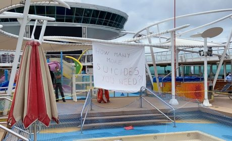 """Протест на кораб с български моряци:""""Колко още самоубийства са ви необходими?"""""""