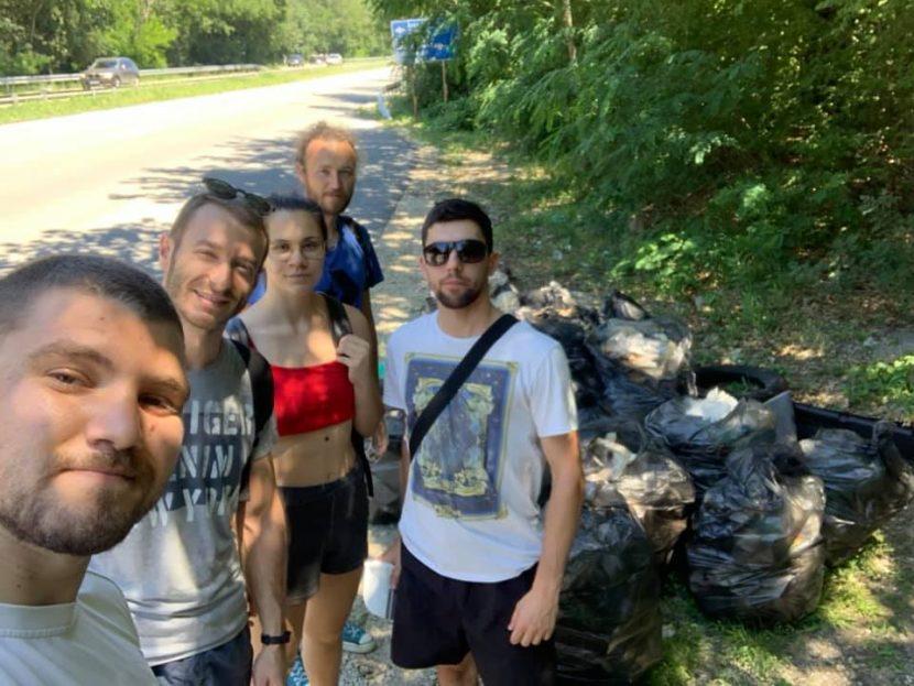 Добрият пример! Доброволци почистиха сметище в гората до Природен парк Златни пясъци