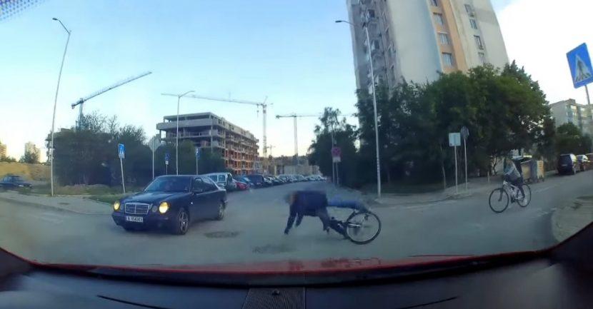 Мъж с колело се преби, а шофьор наби спирачки за да не го премаже (видео)