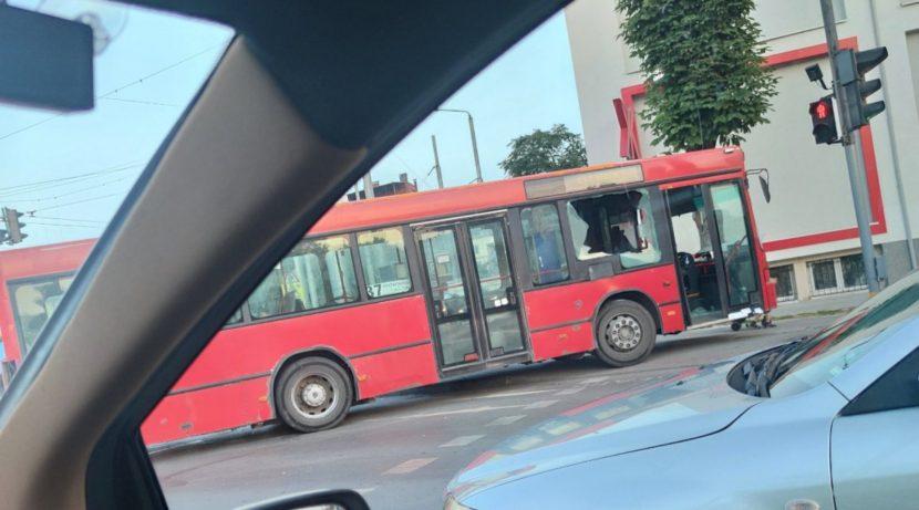 Автобус помете кола и джип (видео)