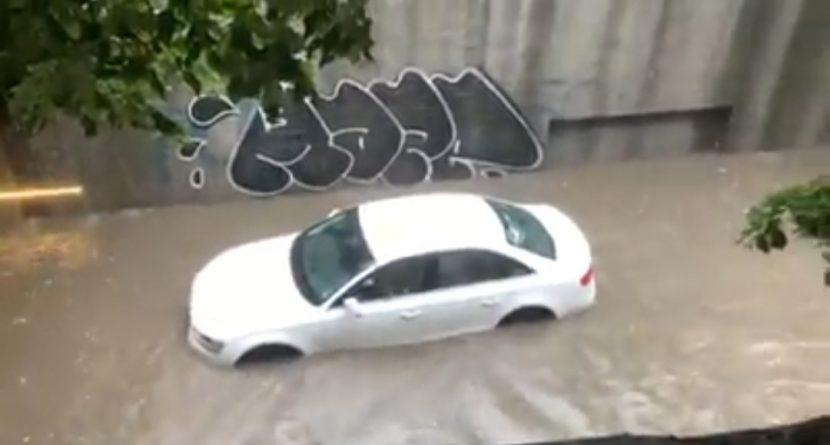 """Кола закъса в подлеза на """"Шипка"""" (видео)"""