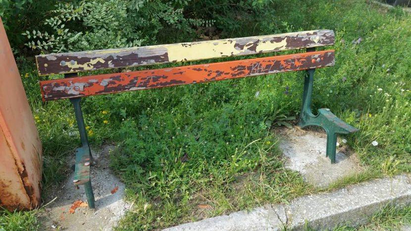 Изпочупени пейки пред читалището във Владиславово (снимки)