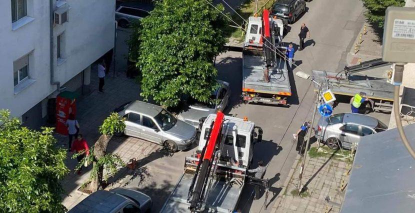 Читател на Будна Варна: 3 паяка вдигат наред коли