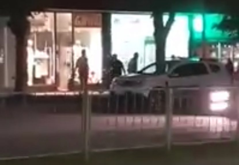 Екшън във Варна: мъж бяга срещу колите по булевард и крещи (видео)