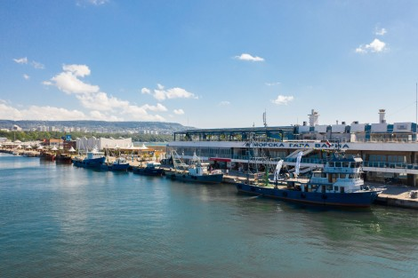 Пет риболовни кораба акостираха зрелищно на Морска гара (снимки)
