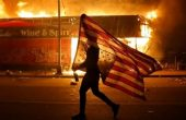 Гранати, гумени куршуми, газ – колко опасни са оръжията на полицията в САЩ?