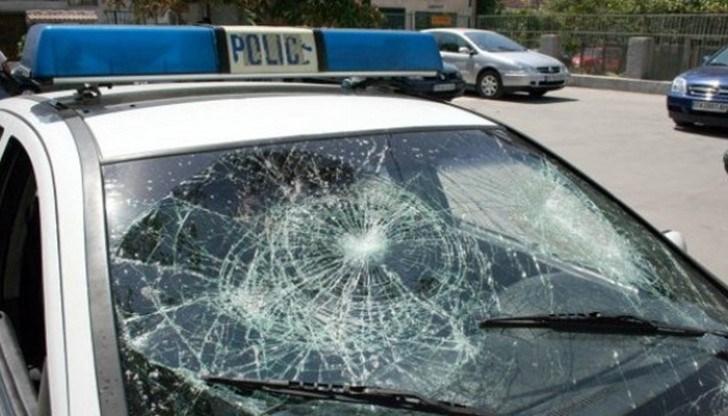 Мъж хвърля камъни по хора и коли във Варна