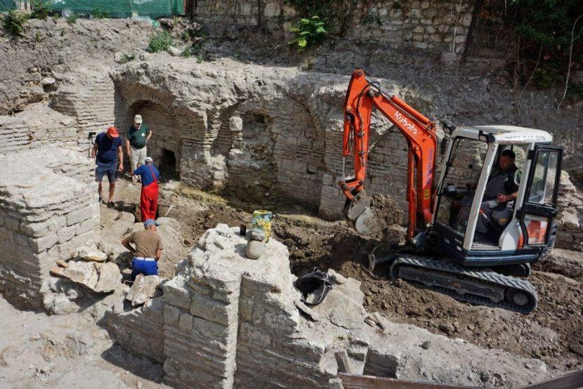 Откриха късноантична баня на центъра (снимки)
