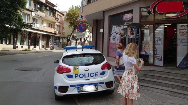 Полицай нарушава закона във Варна под носа на началниците си (видео/снимки)