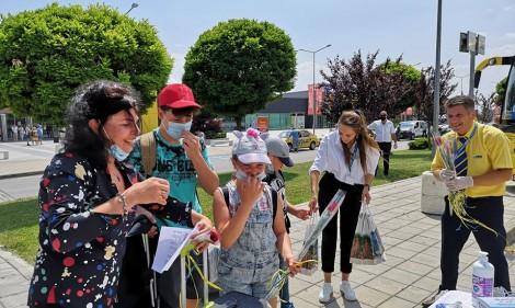 На летище Варна посрещнаха с рози туристи от Литва