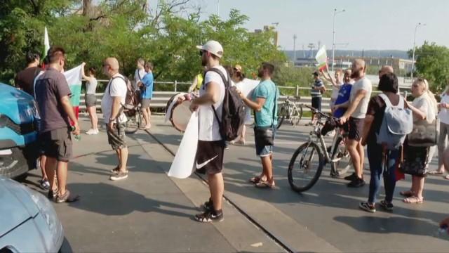 Недоволни варненци нападнаха протестиращите заради блокадата на Аспарухов мост