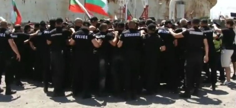 """Напрежението в парк """"Росенец"""" ескалира, протестиращи влязоха в сблъсък с полицията (ВИДЕО)"""