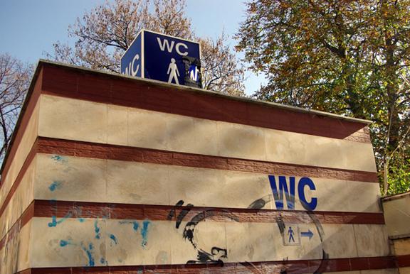 Драма в Морската градина: Пиян притиска жени във WC-то