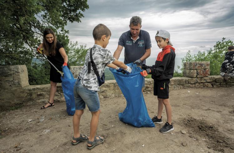 Доброволци подреждат изложба в центъра на Варна