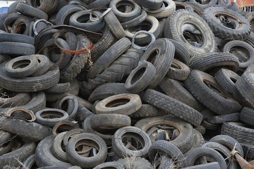 """Купчина стари гуми нерегламентирано изхвърлени откриха до """"Побити камъни"""""""