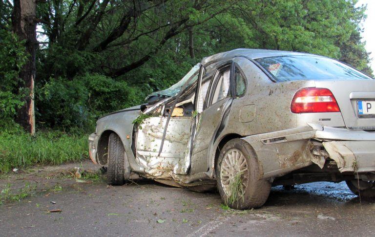 Шофьор загина след удар в дърво