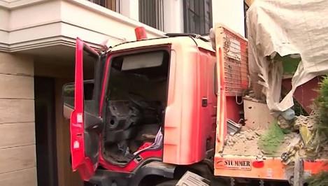 Камион помете всичко по пътя си и се заби в сграда