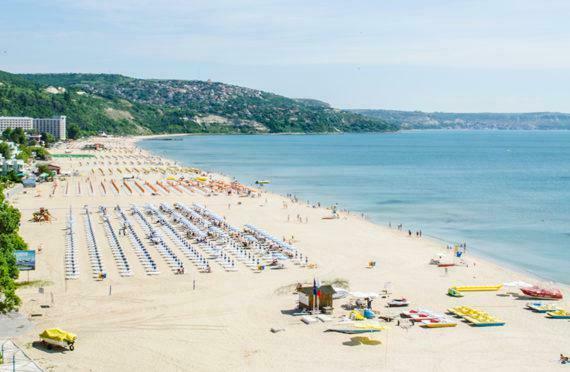 Варненци пълнят плажовете на Албена през уикенда