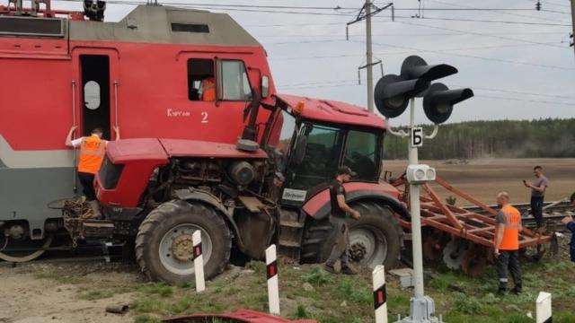 Влак блъсна трактор във Варненско