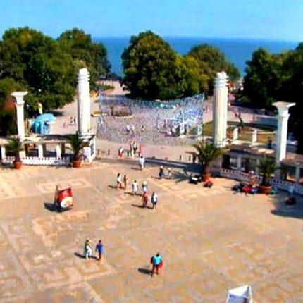 Три концерта на входа на Морската градина във Варна