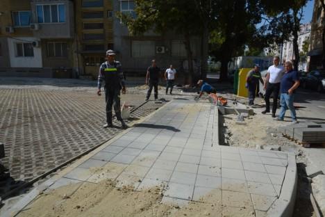Изграждат паркинг на улица в центъра на Варна (снимки)