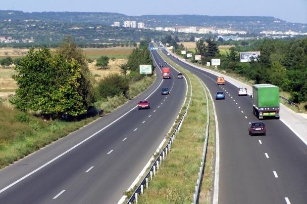 Полицаи спряха БМВ на магистралата, вътре – 11 души