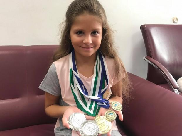 10-годишната Алекс от Варна с медали от две състезания по плуване