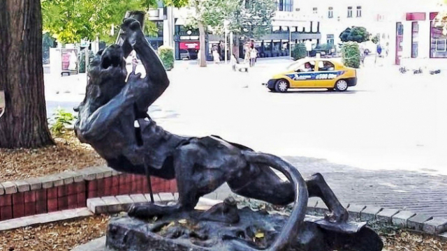 Откраднаха емблематична статуята от центъра на Варна